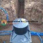 Studnia studzienka rozdzielaczowa dolnego źródła przed zakopaniem